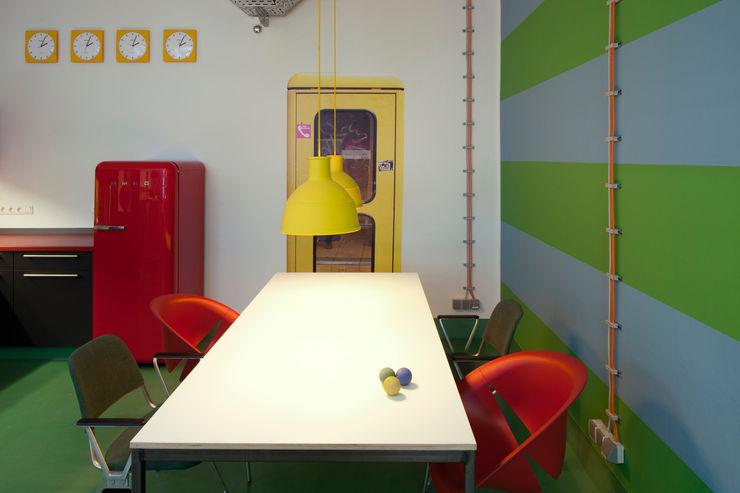 AUFENTHALTSRAUM UND KÜCHE _WERKSTATT FÜR UNBESCHAFFBARES - Innenarchitektur aus Berlin Moderne Bürogebäude