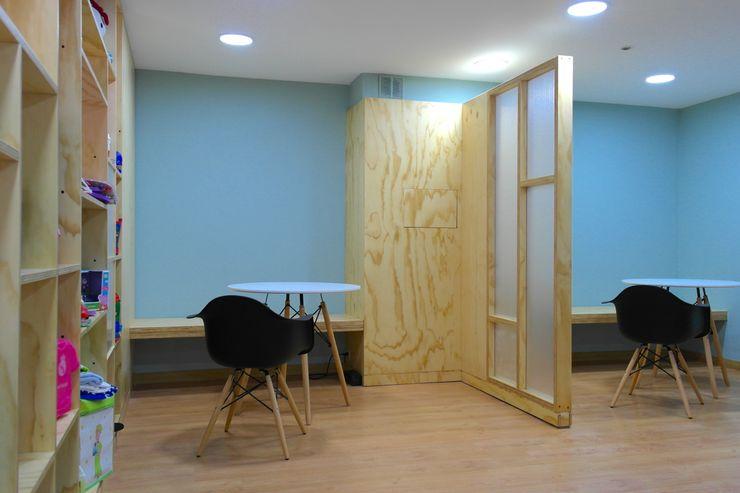 Salas de reunión informal entrearquitectosestudio Salones modernos Madera maciza Azul