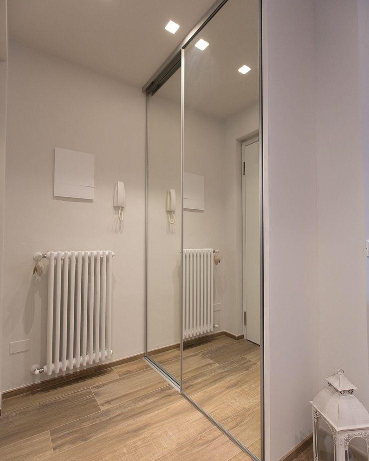 Armadio integrato LM PROGETTI Ingresso, Corridoio & Scale in stile moderno