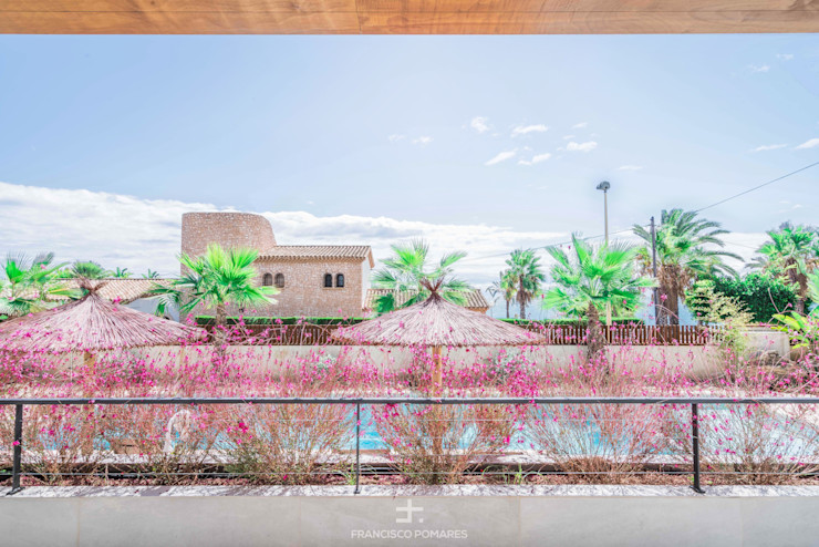 Vistas a la piscina y al mar desde la terraza Francisco Pomares Arquitecto / Architect Balcones y terrazas de estilo mediterráneo