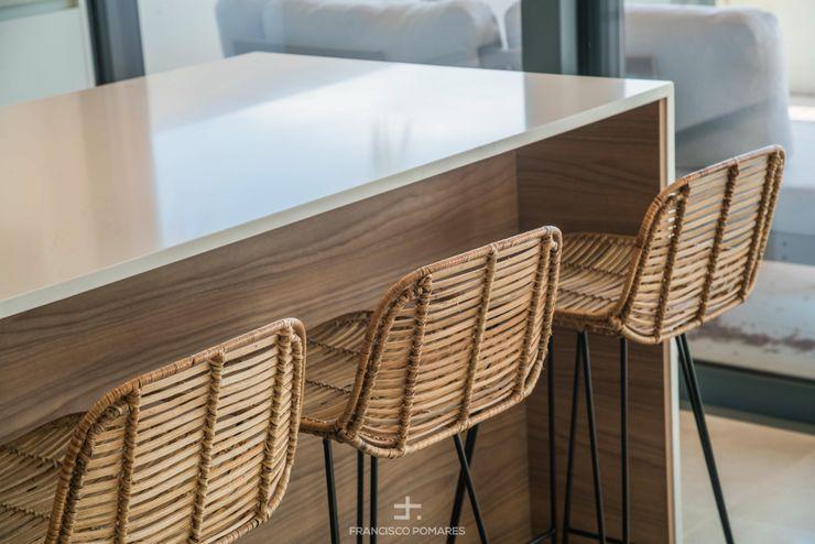 Taburetes en isla de cocina Francisco Pomares Arquitecto / Architect CocinaUtensilios de cocina