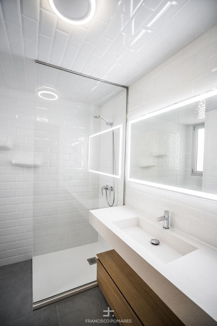 Aseo de la vivienda Francisco Pomares Arquitecto / Architect Baños de estilo moderno Azulejos Blanco