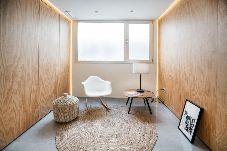 Espacio multifuncional de la vivienda - Vestidor/Dormitorio extra Francisco Pomares Arquitecto / Architect Pasillos, vestíbulos y escaleras de estilo moderno Madera
