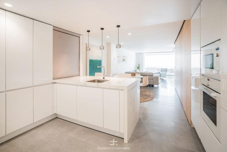 Cocina abierta con península Francisco Pomares Arquitecto / Architect Cocinas integrales Blanco