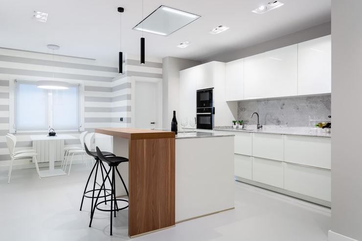DIADE Gestión de obras y Proyectos Built-in kitchens White