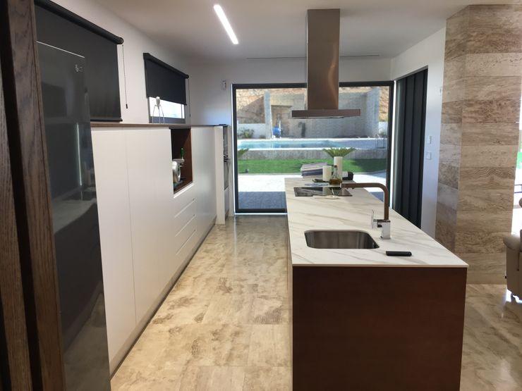 Vivienda Moderna con cocina abierta. DYOV STUDIO Arquitectura, Concepto Passivhaus Mediterraneo 653 77 38 06 CocinaEncimeras Cerámica Marrón