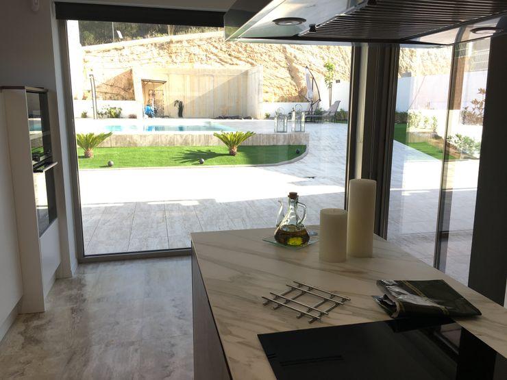 Vivienda Moderna. Conexión con el exterior. DYOV STUDIO Arquitectura, Concepto Passivhaus Mediterraneo 653 77 38 06 CocinaEncimeras Cerámico Marrón