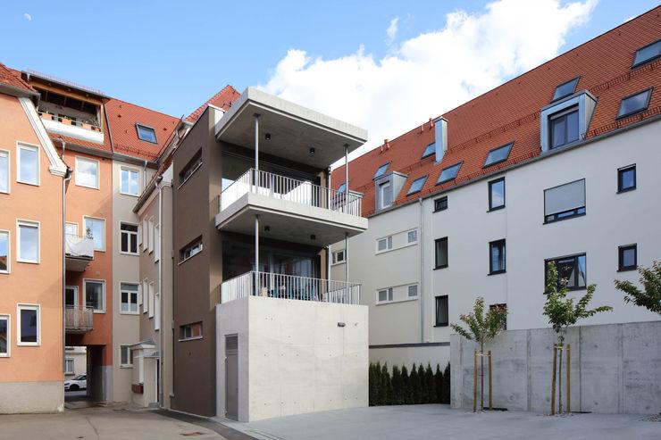 Anbau im Hinterhof Architekturbüro zwo P Mehrfamilienhaus Mehrfarbig
