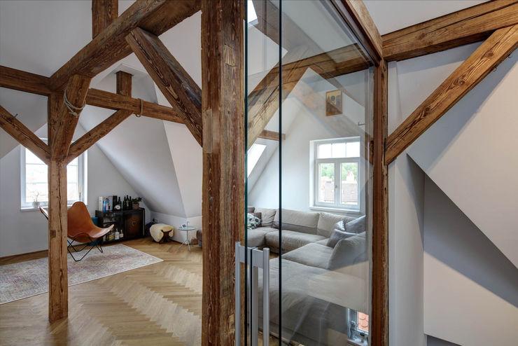 Mehrfamilienhaus KMF Architekturbüro zwo P Moderne Wohnzimmer Holz Braun