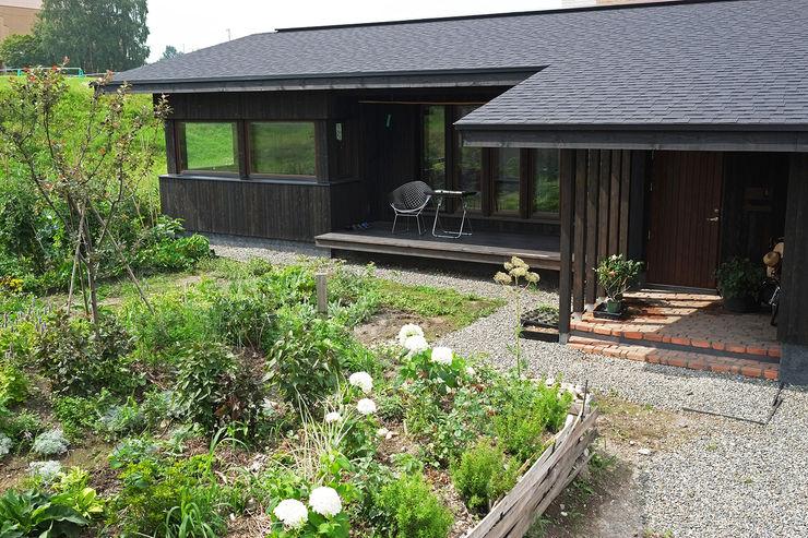 縁側と庭で広がる平屋 地産地消の素材あふれる家 家と草木のアトリエ hausgras ハウスグラス 木造住宅 木 黒色