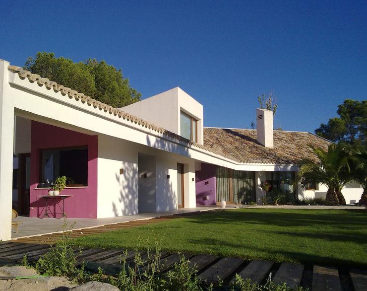 Fachada y jardín Otto Medem Arquitecto vanguardista en Madrid Casas unifamilares