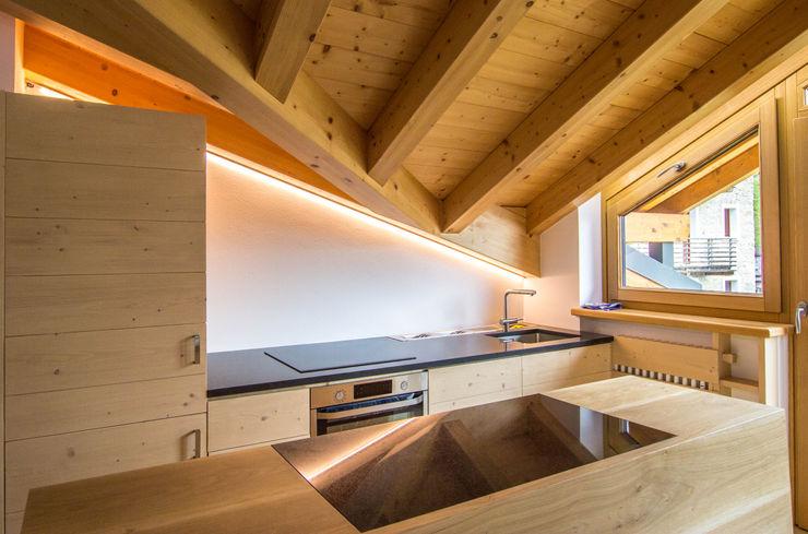 Vista d'insieme della cucina Monico Impianti Cucina attrezzata Legno Effetto legno
