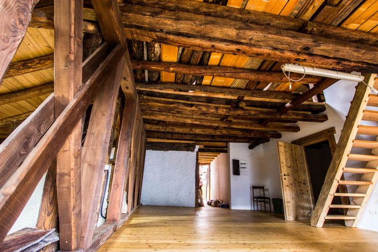 L'ingresso con il quadro elettrico Monico Impianti Sala da pranzo rurale Legno Effetto legno