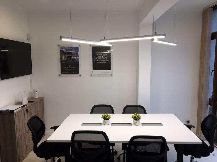Coworking GB Arquitectura Estudios y oficinas modernos Aglomerado Blanco