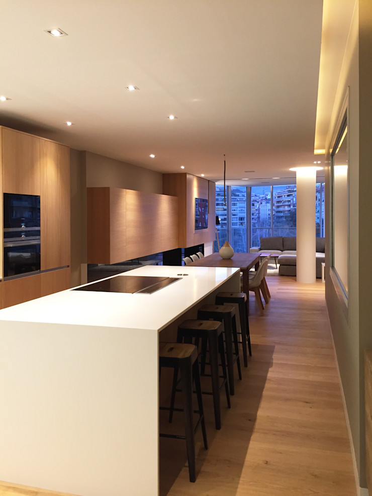 Foto interior de cocina con isla GARLIC arquitectos Cocinas integrales Cuarzo