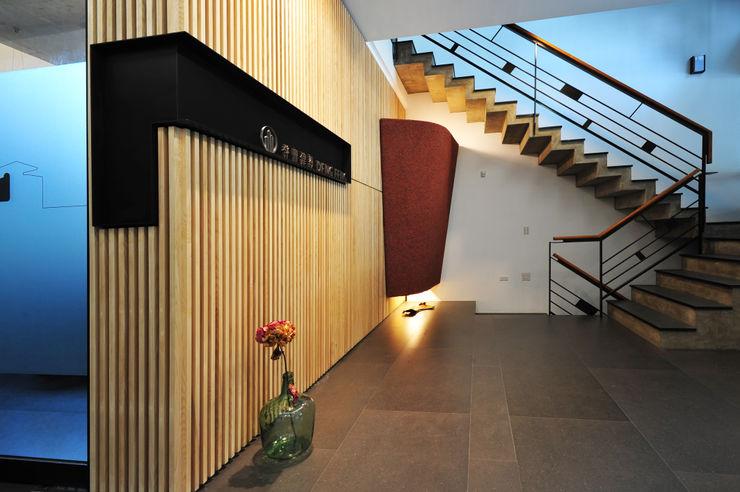 黃耀德建築師事務所 Adermark Design Studio ミニマルスタイルの 玄関&廊下&階段