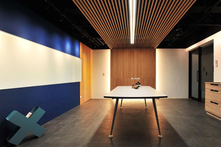 黃耀德建築師事務所 Adermark Design Studio ミニマルスタイルな 壁&床