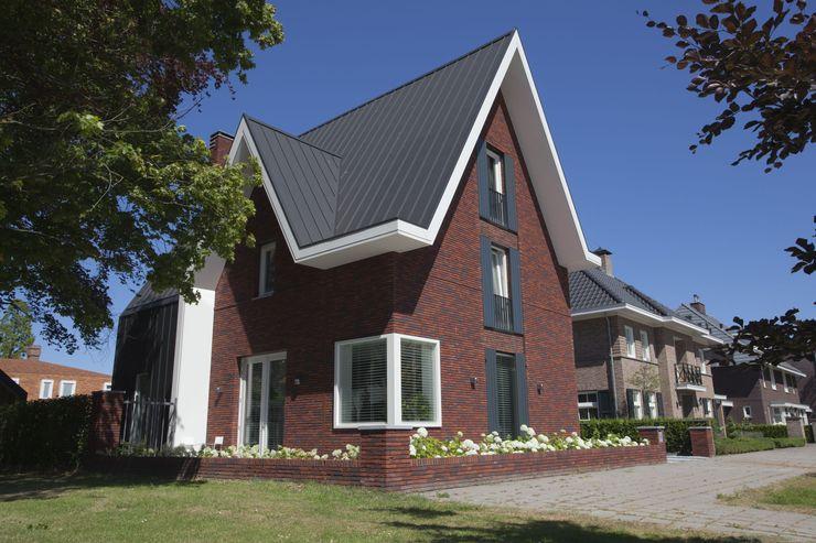 Voorgevel villa Oranjeburgh Schiedam Thijssen Verheijden Architecture & Management Villa Aluminium / Zink Rood