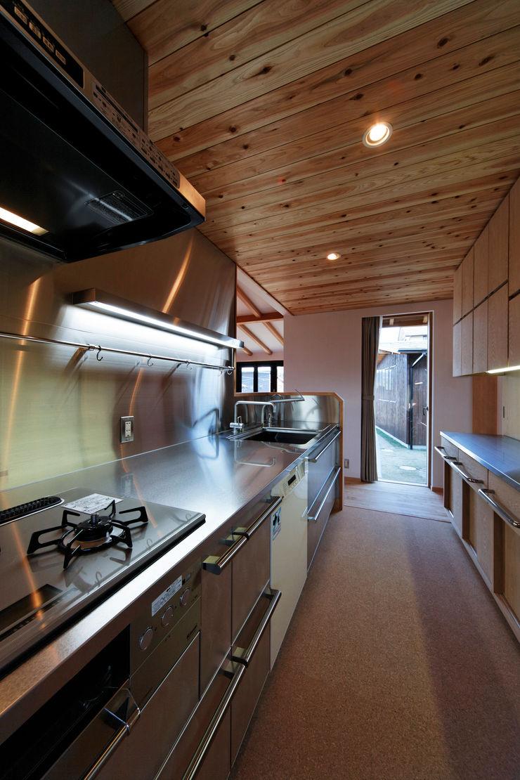 山道勉建築 Built-in kitchens Metal Metallic/Silver