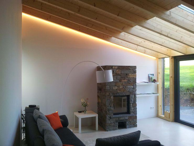 Lichtwasserfall im Wohnbereich plan.b lichtplanung Moderne Wohnzimmer Holz Weiß