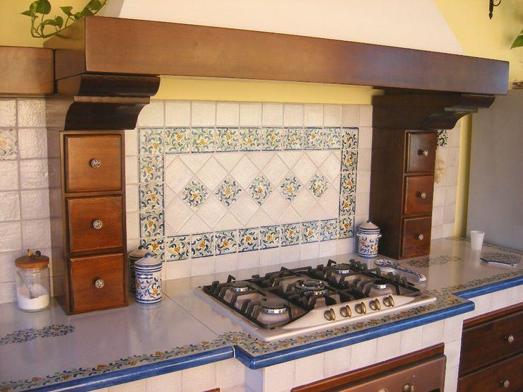 Cucina in muratura con piastrelle in cotto decorate a mano di Caltagirone presso Roma Ceramiche Il Rustico Caltagirone Cucina attrezzata Ceramica Blu
