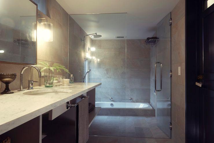 House in Minamitawara Mimasis Design/ミメイシス デザイン ラスティックスタイルの お風呂・バスルーム タイル 白色