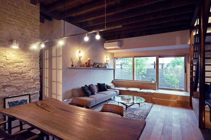 House in Minamitawara Mimasis Design/ミメイシス デザイン ラスティックデザインの リビング 木 木目調