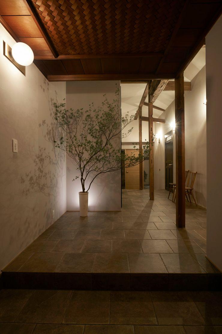House in Minamitawara Mimasis Design/ミメイシス デザイン ラスティックスタイルの 玄関&廊下&階段 タイル ベージュ