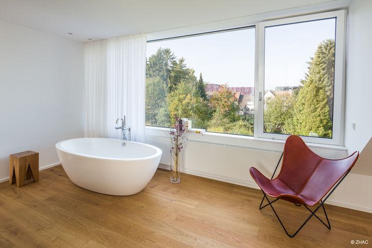 Freistehende Badewanne im Dachgeschoss ZHAC / Zweering Helmus Architektur+Consulting BadezimmerWannen und Duschen