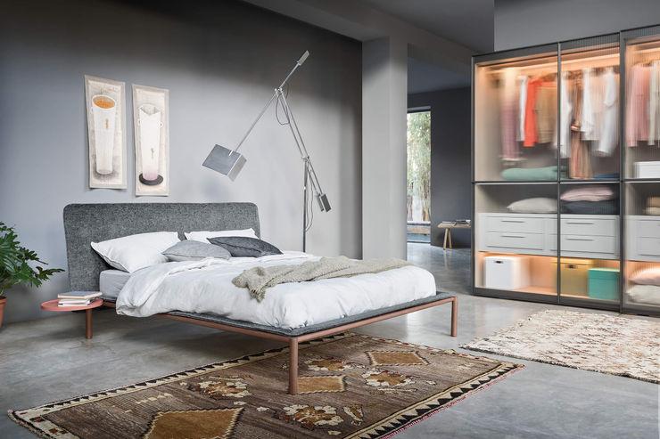 Letto 2 L&M design di Marelli Cinzia Camera da letto minimalista Legno massello Grigio