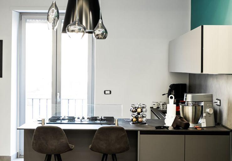 Cucina con penisola e cappa a isola nera Meka Arredamenti Cucina attrezzata Nero