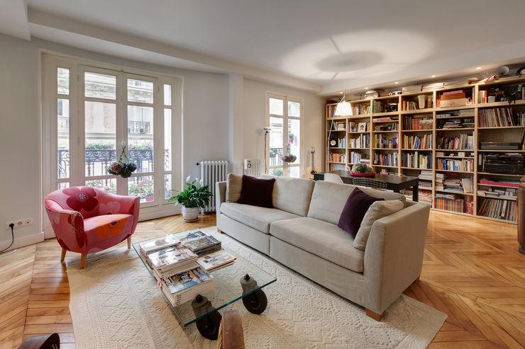 Un salon classique parisien actualisé avec des corniches et un éclairage encastré contemporains Alessandra Pisi / Pisi Design Architectes Salon classique Bleu