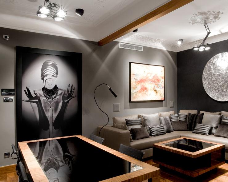 Sala de estar presidido por un sofá con chaise-longe con fotografía artística realizada en blanco y negro e impresa sobre aluminio. MANUEL TORRES DESIGN Salones de estilo ecléctico