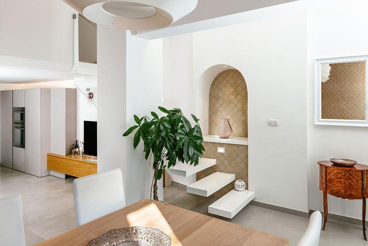 Ingresso con scala manuarino architettura design comunicazione Ingresso, Corridoio & Scale in stile mediterraneo Legno Bianco