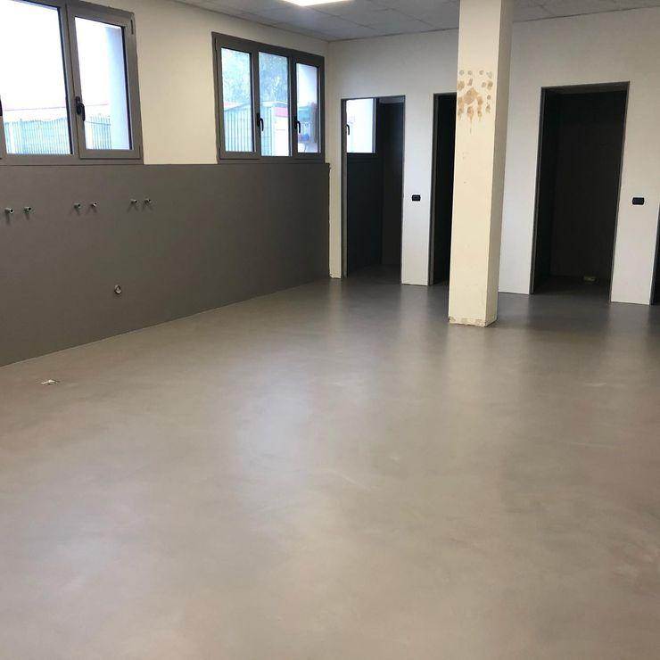 Kerakoll Design House Cementoresina Floor Warm Collection Stil Legno snc Complesso d'uffici in stile minimalista Grigio