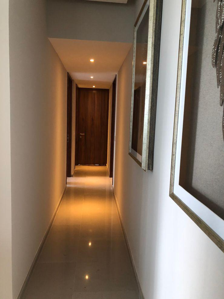 DISEÑO Y DECORACION DE INTERIORES EXCLUSIVO DEPARTAMENTO Alejandra Zavala P. Pasillos, vestíbulos y escaleras modernos Madera Ámbar/Dorado