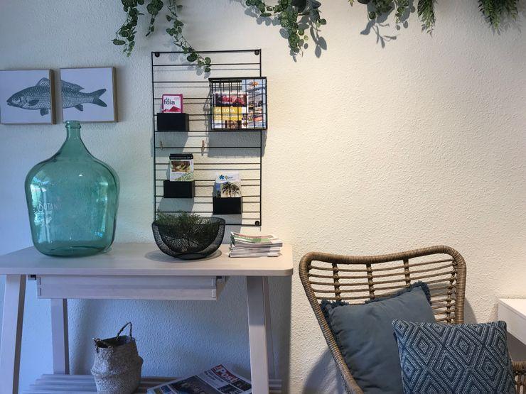 Elementos decorativos con esencia mediterránea A interiorismo by Maria Andes Hoteles de estilo mediterráneo Madera Blanco