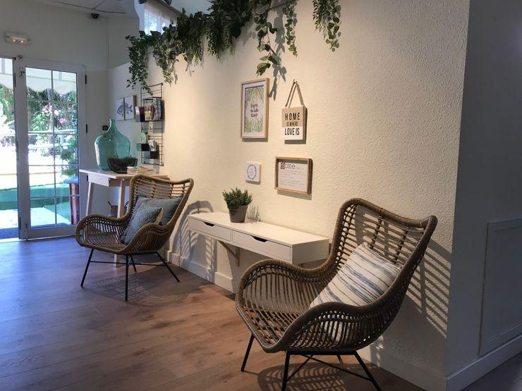 Un bonito estar en un pasillo A interiorismo by Maria Andes Hoteles de estilo mediterráneo Madera Blanco