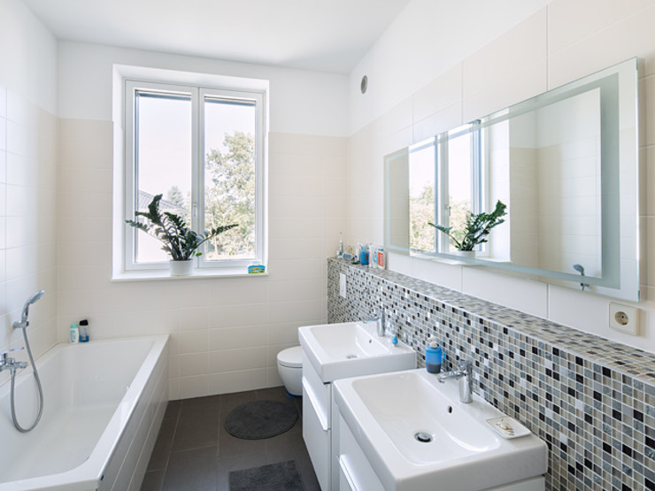 Haus Mahlsdorf Müllers Büro Klassische Badezimmer Fliesen Beige