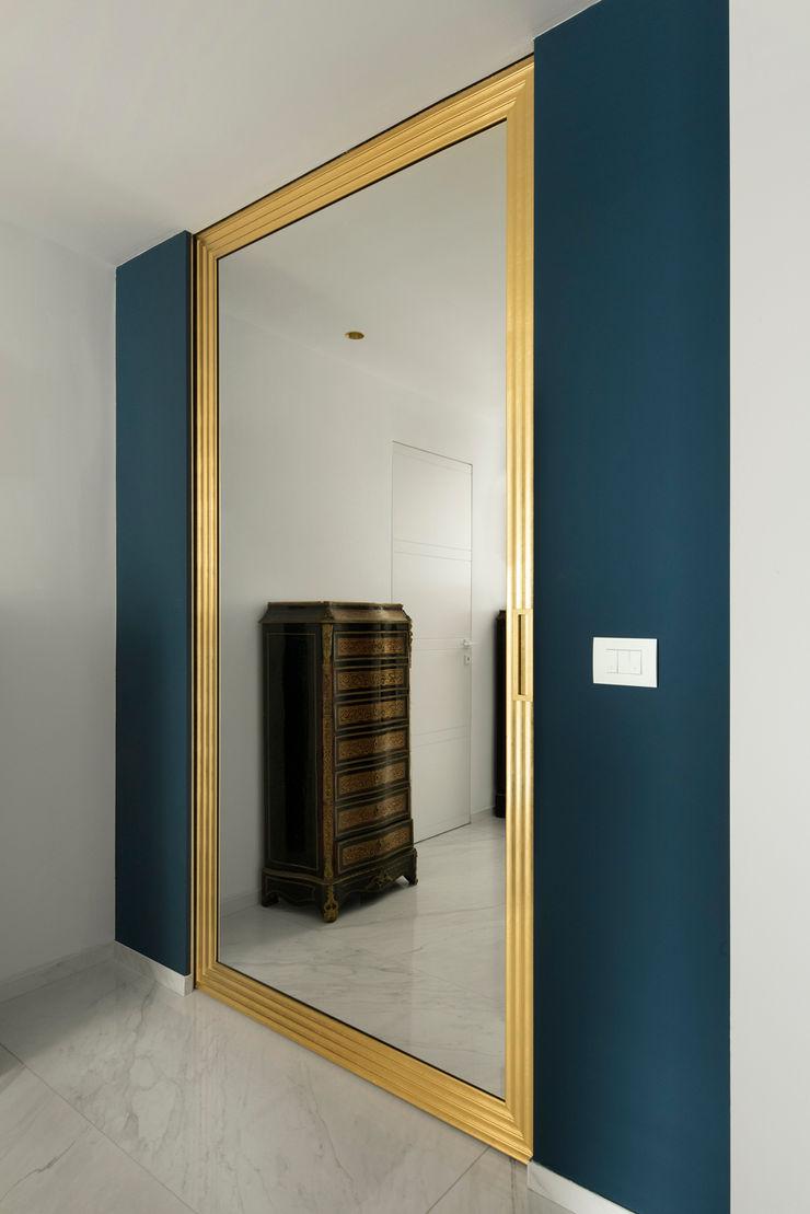 CASA C&C Andrea Orioli Ingresso, Corridoio & Scale in stile moderno Alluminio / Zinco Blu