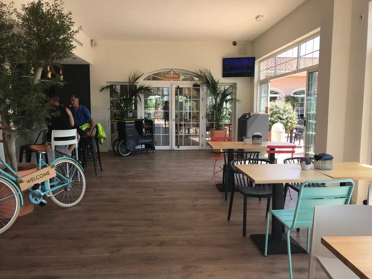 Acceso a restaurante A interiorismo by Maria Andes Gastronomía de estilo mediterráneo Compuestos de madera y plástico Blanco