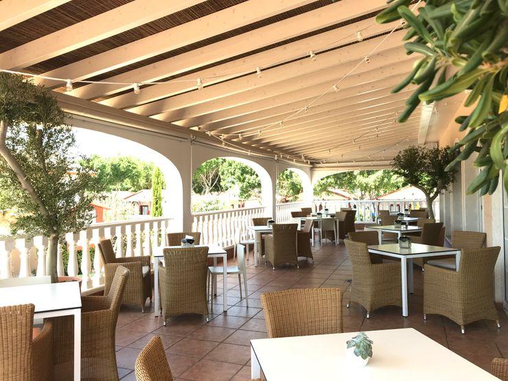 Terraza cubierta con cañizo A interiorismo by Maria Andes Gastronomía de estilo mediterráneo Cerámico Blanco