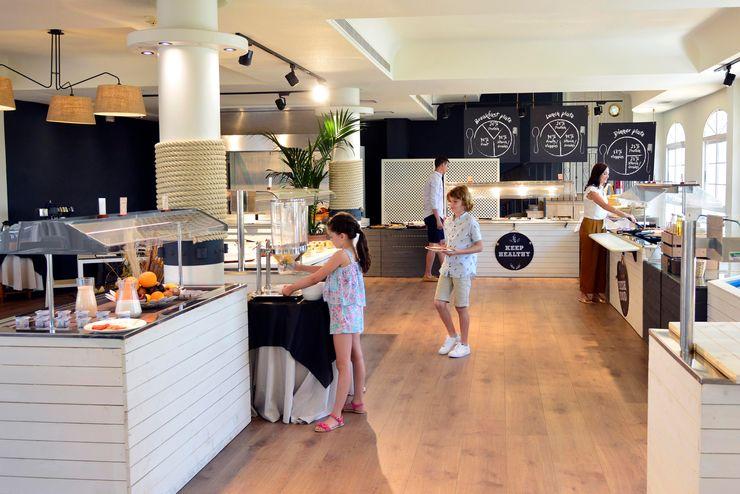 Diseño de buffet A interiorismo by Maria Andes Gastronomía de estilo mediterráneo Pizarra Blanco