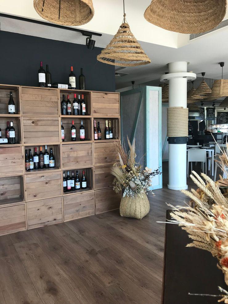 Diseño de expositor gourmet A interiorismo by Maria Andes Gastronomía de estilo mediterráneo Madera maciza Negro