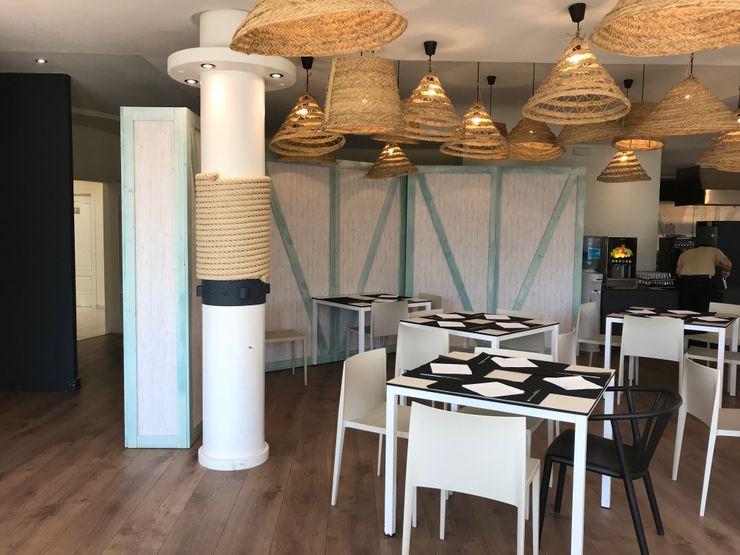 Sectorizar ambientes A interiorismo by Maria Andes Gastronomía de estilo mediterráneo Madera Turquesa