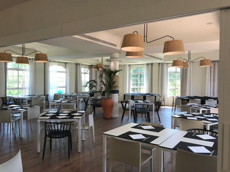 Salón polivalente A interiorismo by Maria Andes Gastronomía de estilo mediterráneo Madera Blanco