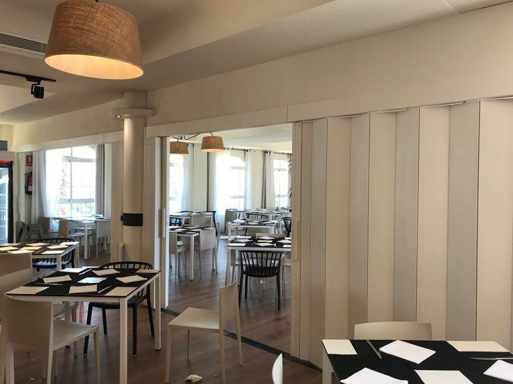 Mampara plegable A interiorismo by Maria Andes Gastronomía de estilo mediterráneo Madera Blanco