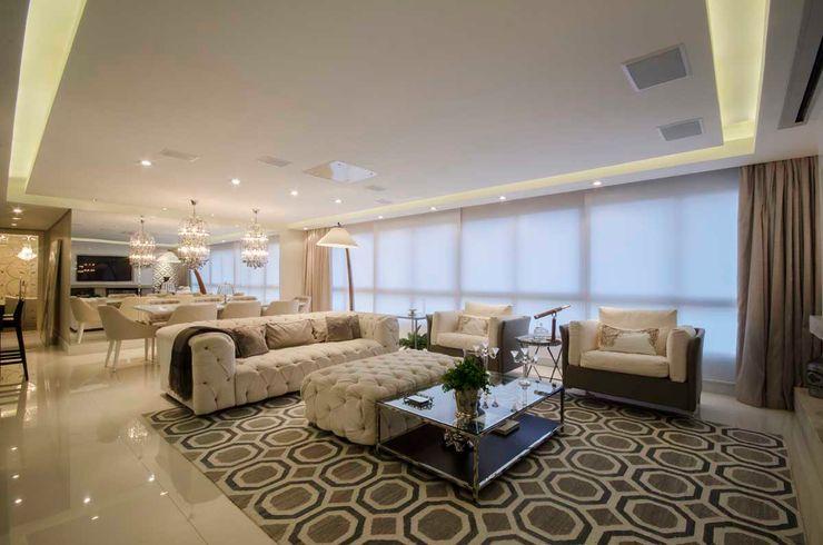 Living com home cinema Cláudia Macedo arquitetura de interiores Salas de estar modernas Cinza