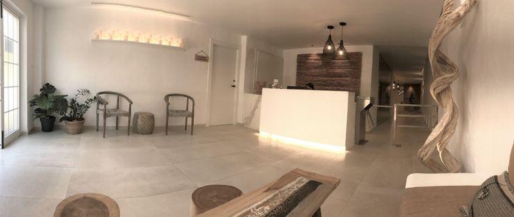 Contrastes en las texturas A interiorismo by Maria Andes Hoteles de estilo mediterráneo Cerámico Blanco