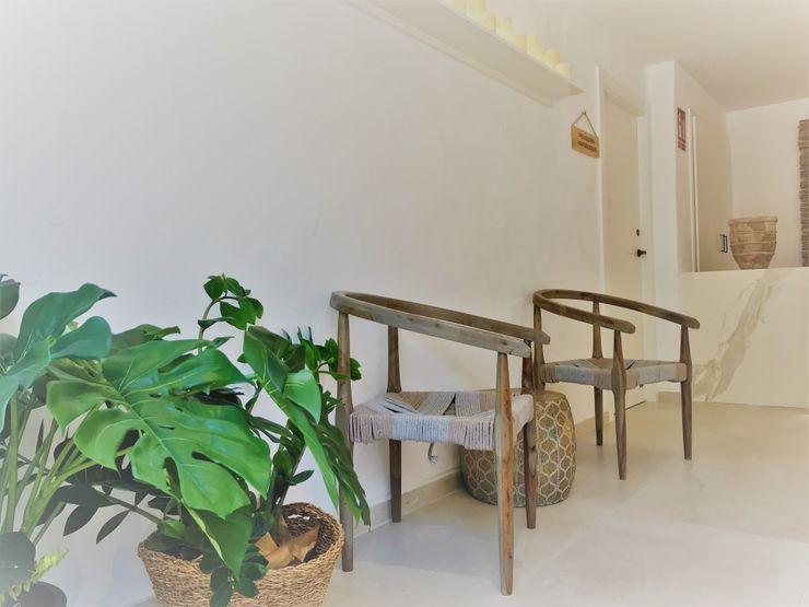Mobiliario étnico rútico A interiorismo by Maria Andes Hoteles de estilo mediterráneo Cerámico Blanco